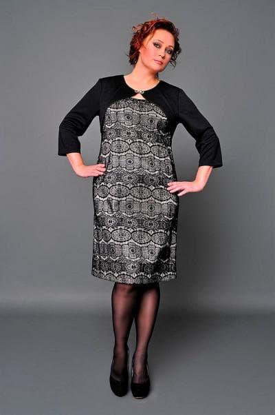 коктейльное платье украшено абстрактным узором