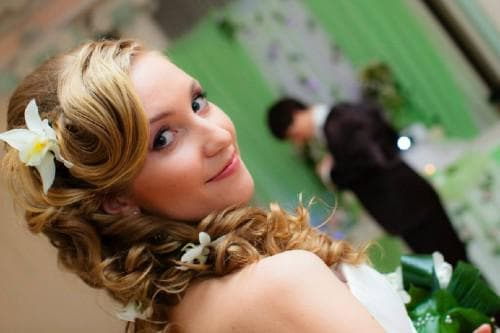причёска на свадьбу летом