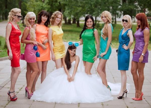 разноцветно платье на свадьбу подруги