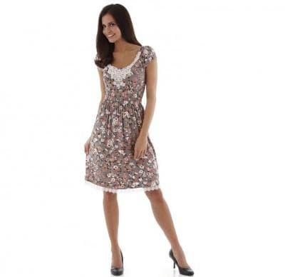 летнее деловое платье с отделкой кружевом