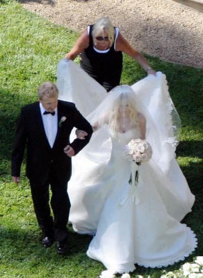 платье Аврил Лавин из кремовой органзы с пышной юбкой
