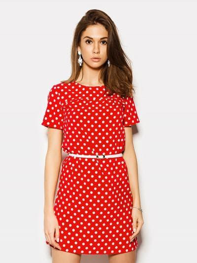 красное платье простого кроя с белым горохом