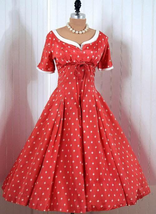 платье с широкой многослойной юбкой в пол с небольшим лифом однотонного цвета