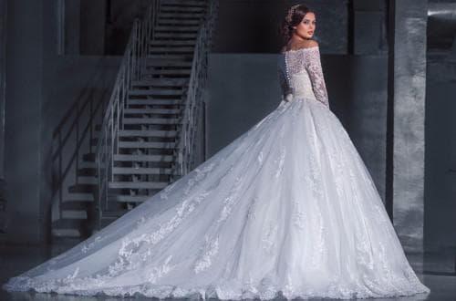 очень пышное свадебное платье с кружевами