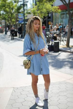 платье рубашка с кроссовками