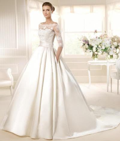 пышное свадебное платье с кружевами с атласной юбкой