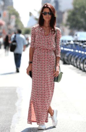 длинное летнее платье с кроссовками