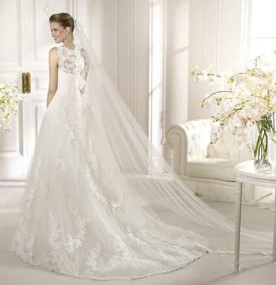 пышное свадебное платье с кружевами со шлейфом