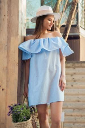 платье с однослойным воланом из ткани на плечах