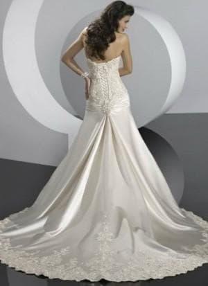 пышное свадебное платье с кружевами с затянутым корсетом