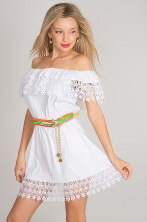платье с воланом из кружев на плечах