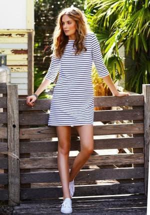 платье в полоску с кроссовками