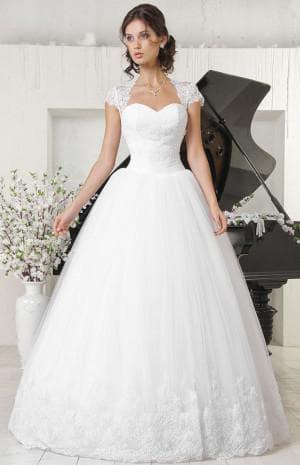 пышное свадебное платье с кружевами с открытым декольте