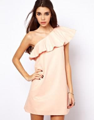 короткое платье с воланами на плечах