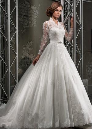 пышное свадебное платье с кружевами и рукавами