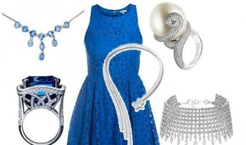 синее платье и серебряные изделия