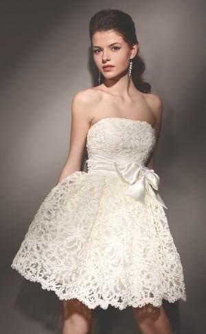 короткое пышное свадебное платье с кружевами