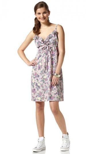 платье с кроссовками с один тон