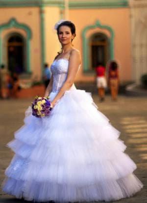 пышное свадебное платье с кружевами с кринолином