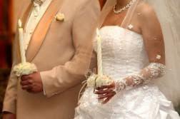 стоят свадебные платья Вера Вонг