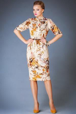платье с цветным принтом и обувь