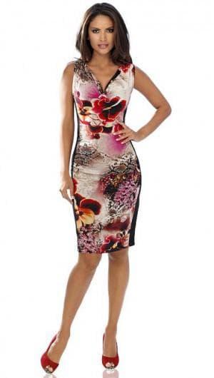 длинное платье с цветным принтом и однотонной обувью