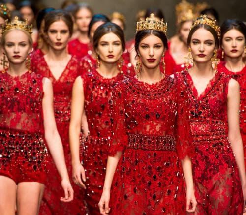 красное платье и украшения с красными камнями