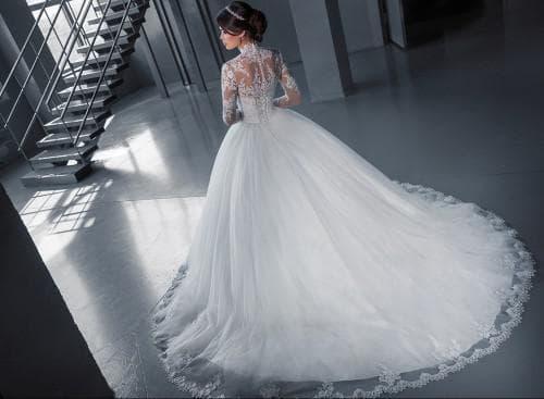 очень пышное кружевное свадебное платье
