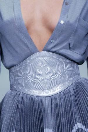 джинсовое платьем рубашка и широкий кожаный пояс