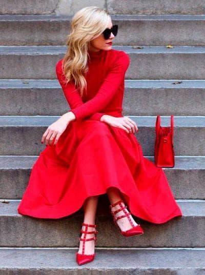 красное платье с красными лодочками