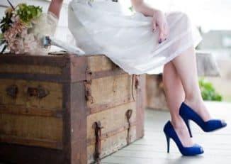 платья и синие туфли