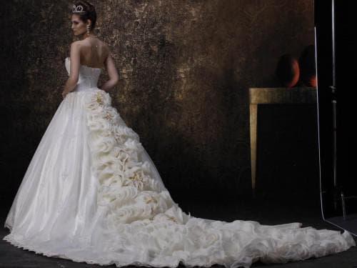 очень пышное свадебное платье со шлейфом