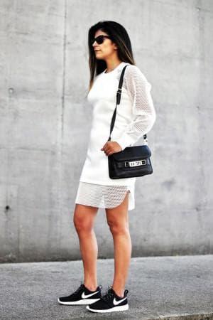 платье с кроссовками на спортивную фигуру