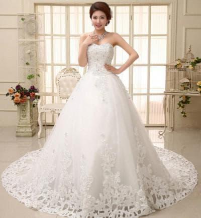 пышное свадебное платье с кружевами с роскошной отделкой