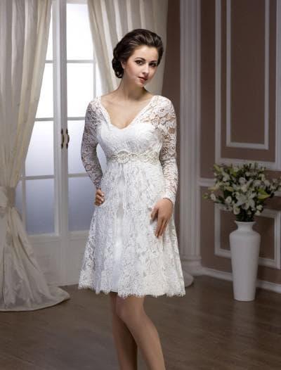 короткое свадебное платье из кружева с длинными рукавами