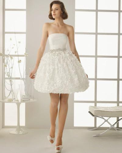 короткое свадебное платье частично из кружева