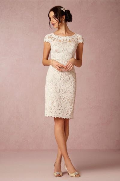 короткое свадебное платье из кружева с короткими рукавами