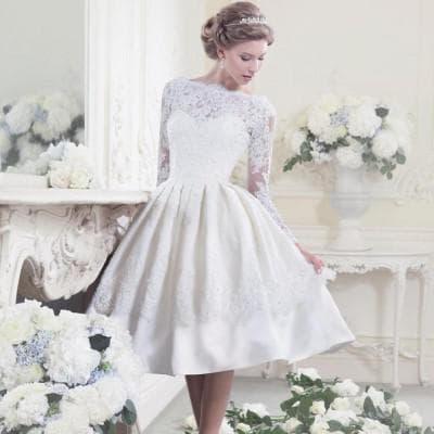 короткое свадебное платье из кружева с пышной юбкой