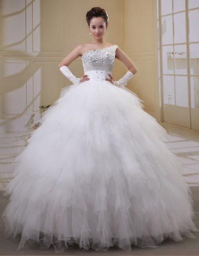 пышное свадебное платье с кружевами и пёрышками