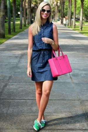 джинсовое платье с кроссовками