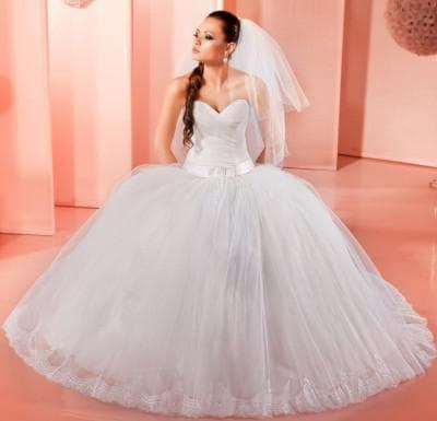 пышное свадебное платье с кружевами и бахромой