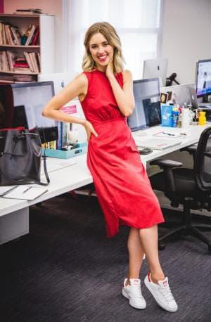 платье для офиса с кроссовками