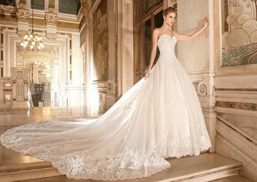 пышное свадебное платье с кружевами и шлейфом