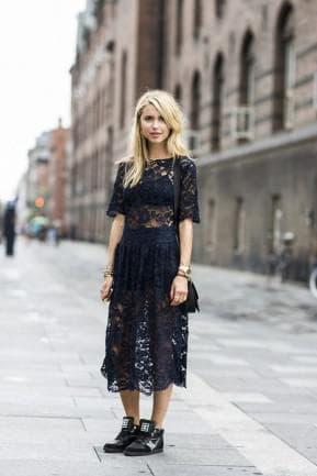 ежедневное платье с кроссовками