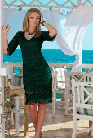 трикотажное платье с кружевом по низу изумрудного цвета