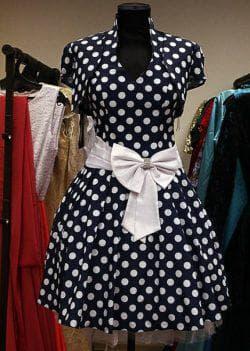 фасон в ретро-стиле с широкой юбкой и бантом на груди
