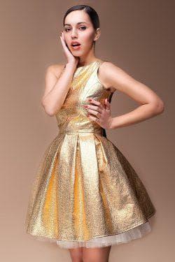 золотое платье с приталенной юбкой
