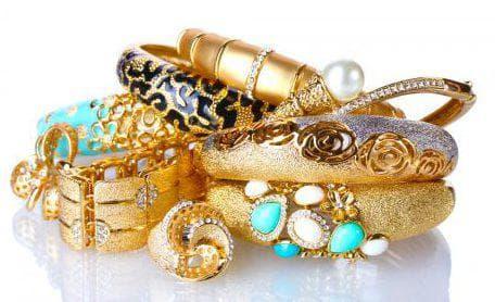 золотые украшения для бордового платья