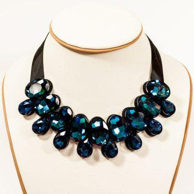 жемчужное ожерелье для тёмно синего платья
