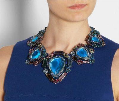 круглое ожерелье для синего длинного платья